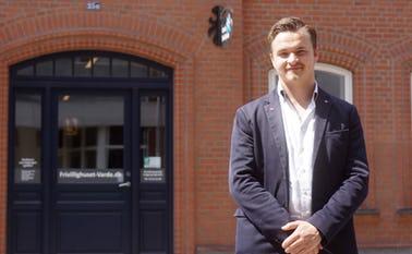 Frederik Bak foran Frivillighuset hvor informationsmødet holdes den 21 juni kl. 19.30
