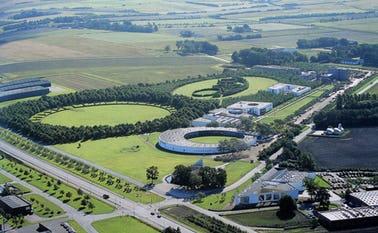 Luftfoto over Angli-området og udsnit af Paul Gadegaards totaludsmykning på fabrikken