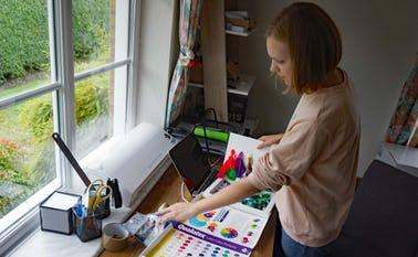 Kateryna Litvin sælger balloner og tilbehør til fester fra sin webshop der drives fra Solsortevej 10 i Ansager