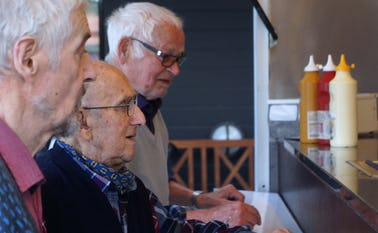 Beboerne på plejehjemmet tog godt imod pølsevognen, som tirsdag aften bød pølser og hotdogs ved hjemmet