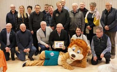 Fælles billede af Lions Club Varde på besøg på Kvie Sø Efterskole og skolens bestyrelse