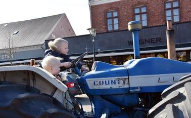 Anton og Johan prøver en stor traktor