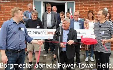 Borgmester Erik Buhl klipper den røde snor til PowerTower Agerbæk. Det er Udviklingsrådets formand Claus Jeppesen og erhvervsambassadør Jørgen Madsen, der holder snoren.