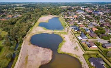 Dronefoto af Ansager Søpark, hvor det nysåede græs er spiret frem
