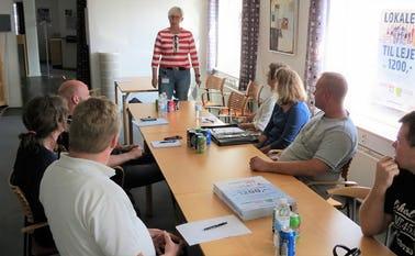 Iværksætterchef Friedericke Bruhn, ProVarde fortæller om iværksætterkursus til deltagerne i PowerNetværk Helle.
