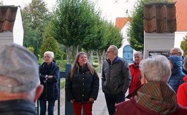 Georginerne blomstrer på Skovlund kirkegård
