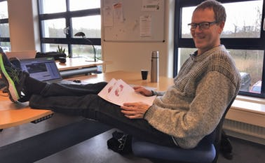 Jørgen Madsen har normalt ikke benene på bordet når han arbejder, det er kun til ære for fotografen. På kurset vil Jørgen fortælle, hvordan du slapper af samtidig med, at du arbejder effektiv og bevare overblikket.