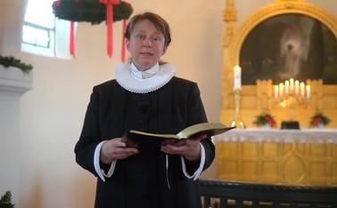 Vikarpræst Thea Køllgaard Olsen ved jueandagten i Skovlund Kirke juleaften