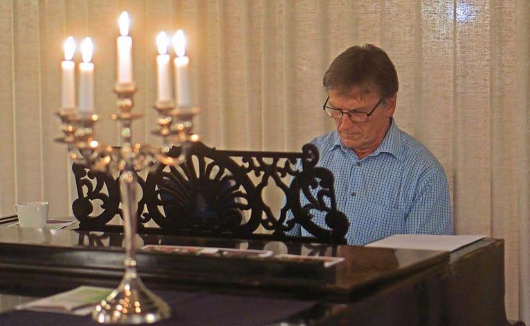 Musiker og klaverstemmer Ole Peter Jørgensen spillede under middagen og underholdt derefter med historier og anekdoter fra sit musikalske liv