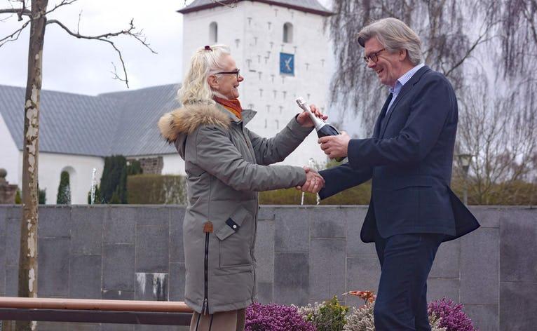 Karin Nielsen, formand for Skovlund-Ansager Udviklingsråd overbringer her det glade budskab at Ansager er årets landsby i Varde Kommune til Magnus Dahlmann, formand for Ansager Byudvikling