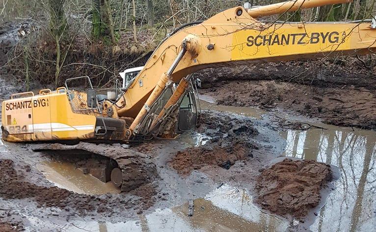 Gravemaskinen sidder godt fast i mudderet