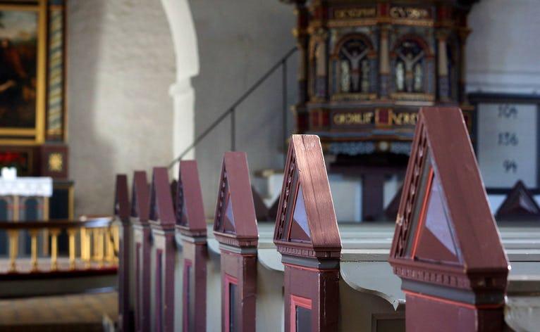Ansager Kirke med stolestaderne, der blev stærkt fornyede i 1925, hvor også al kirkens inventar blev malet af kunstmaler J. Lauritsen Thomsen. Ved restaureringen af kirken i 1976-1979 blev stolestaderne malet igen.
