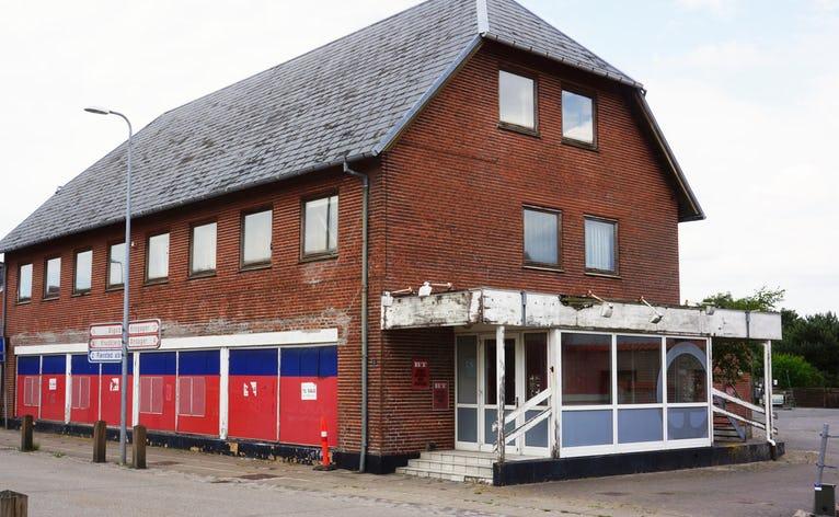 Den gamle brugs i Skovlund er en af de mest iøjnefaldende forfaldne bygninger i vore byer