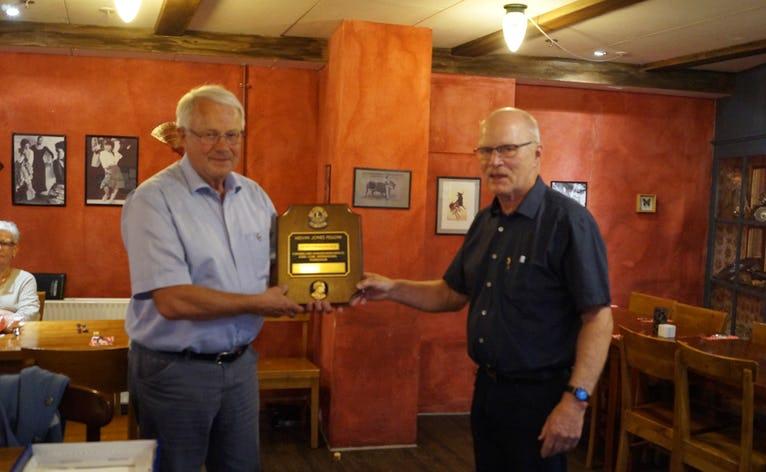 Club præsident Erik Rasmussen overrækker det synlige bevis på tildelingen af Melvin Jones Fellowship til Hans Frederiksen.