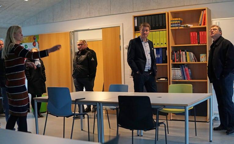 Rundvisning i skoleafdelingen på den kommende Kvie Sø Efterskole, hvor alt inventar står klar til at blive taget i brug igen