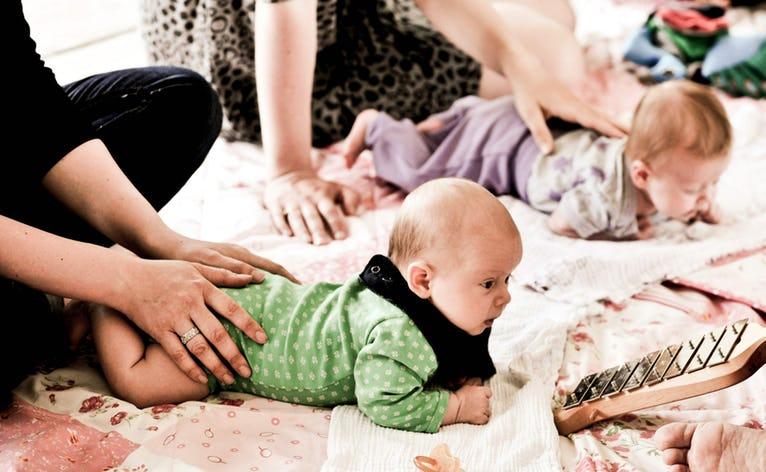 I tillæg til samvær med andre forældre får du inspiration til sang, bevægelse og musikalse lege, som du kan lege med dit barn derhjemme. Der er babysalmesang i Skovlund og Ansager kirker, første gang den 17. juni 2019