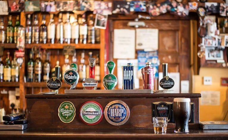 Pub Crawl: Bussen kører til forskellige byer med gode værtshuse og vi ender på Hjørnekroen