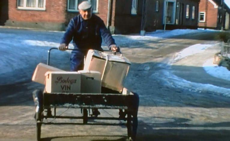 Pakhans udbringer flere gange daglig pakker, når de ankommet med toget til pakhuset på statione