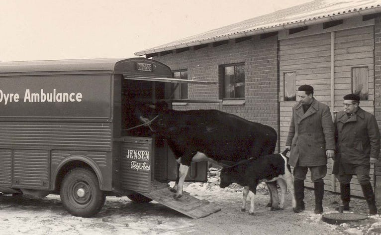 Grundlæggerne af Ansager Dyrehospital dyrlægerne Erling Jensen og Søren Emil Bach med en patient og stedets første dyreambulance ved åbningen i marts 1960