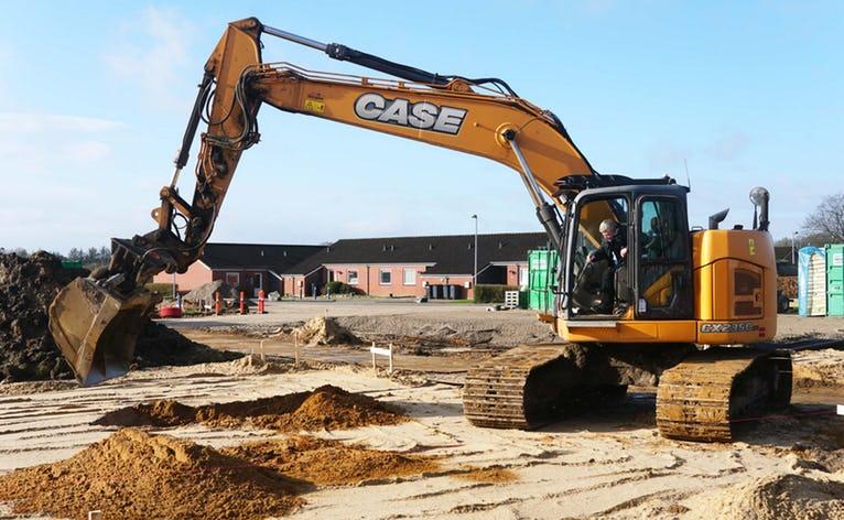 Der måtte en gravemaskine med bælter til, da borgmester Erik Buhl tog første spadestik på Alfabos byggeri på Hejrevej