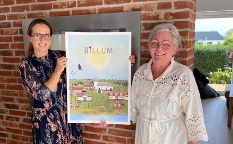 Det er kunstneren Lydia Wienberg der har designet Billums nye plakat, som hun her overdrager til en af idemagerne bag plakaten Marianne Moth Brink.