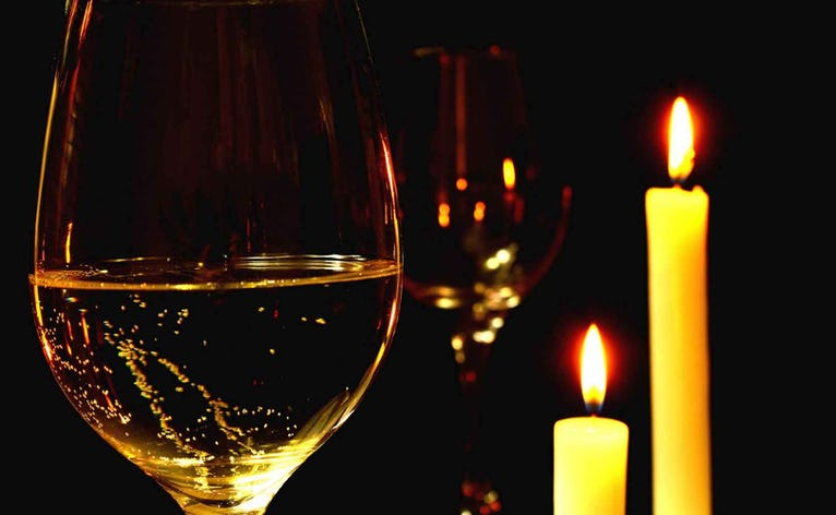 Aftenen på Møllen byder på en frisk velkomstdrink, inden vi sætter os til bords og nyder en 3-retters menu