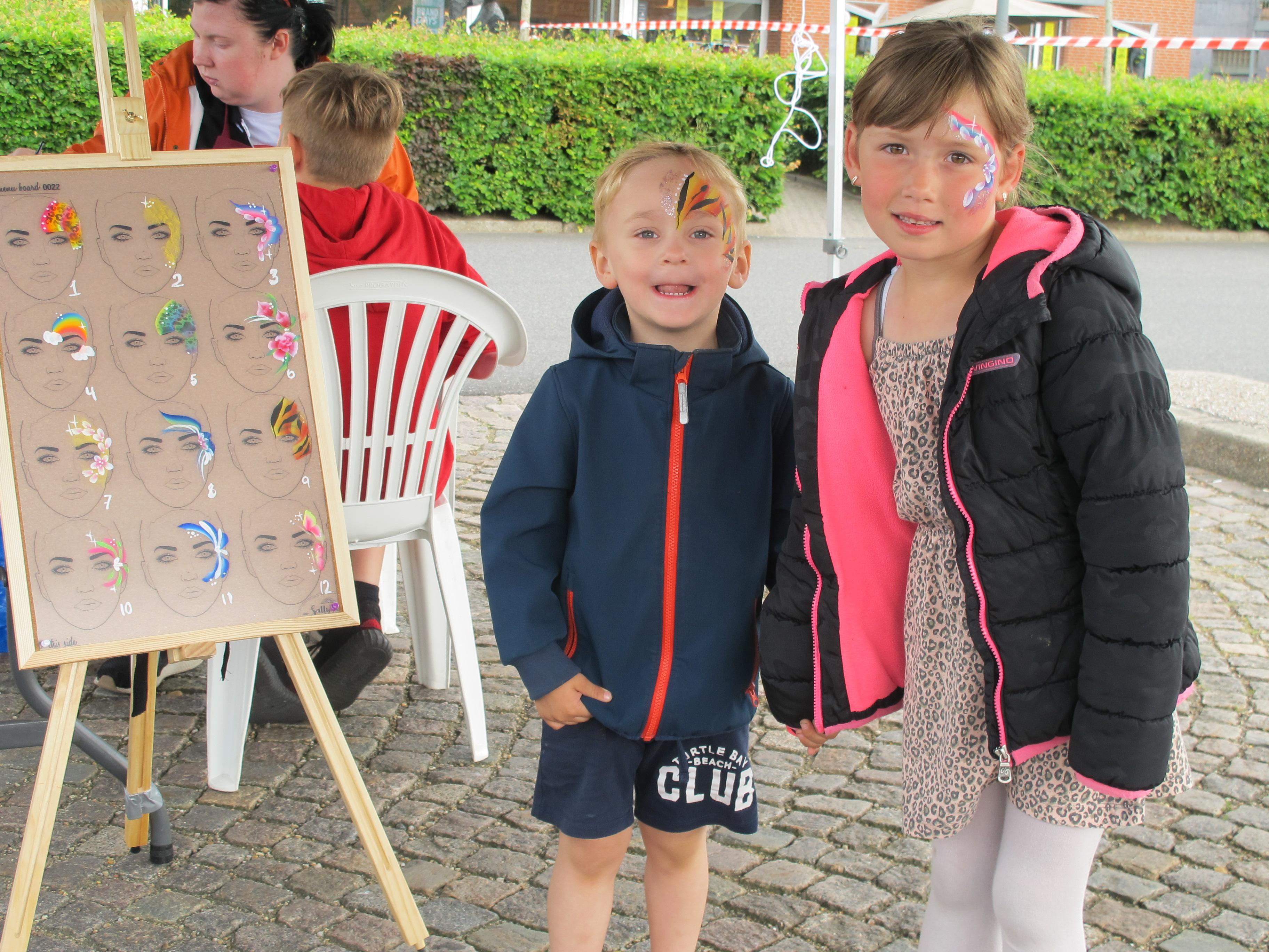 Liam 3 år og Cindy 6 år fra Ølgod gjorde sig klar til koncert med en ansigstmaling.